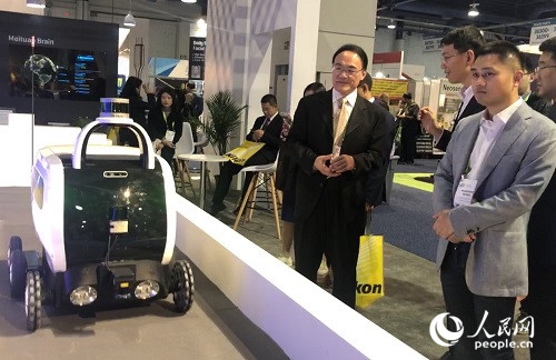 美团工作人员向中国驻旧金山总领事王东华介绍参展情况 。(宫欣 摄)
