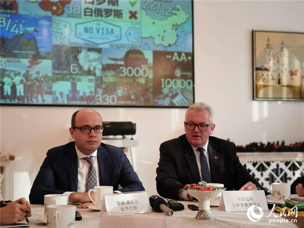 白俄罗斯驻华大使鲁德和教育部长卡尔边科举行新闻发布会 杨倩 摄
