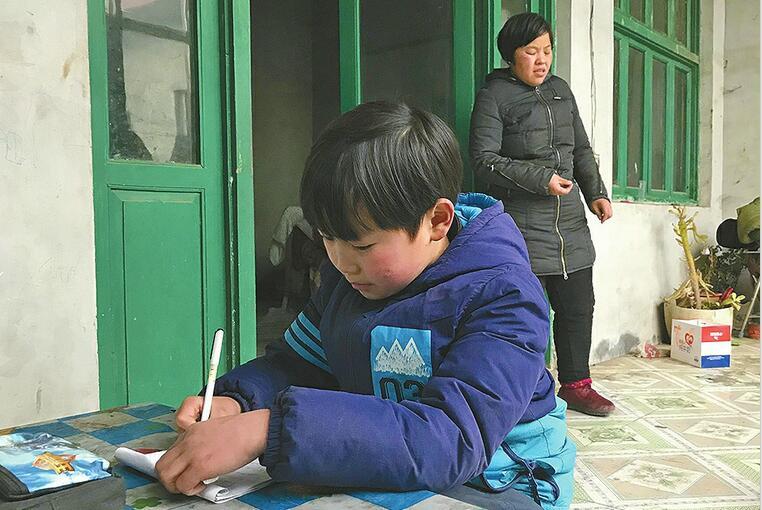 我是你的眼:11岁娃每天接失明妈妈回家 长大想当医生