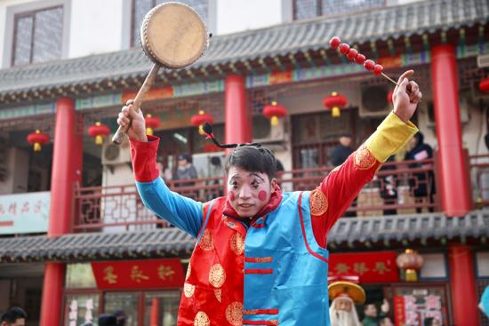 """高跷、舞狮真热闹 英雄山文化市场""""开门纳吉""""庆新春"""