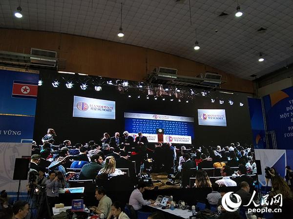 特朗普将在万豪酒店举行新闻发布会,河内新闻中心大屏幕已开始直播。