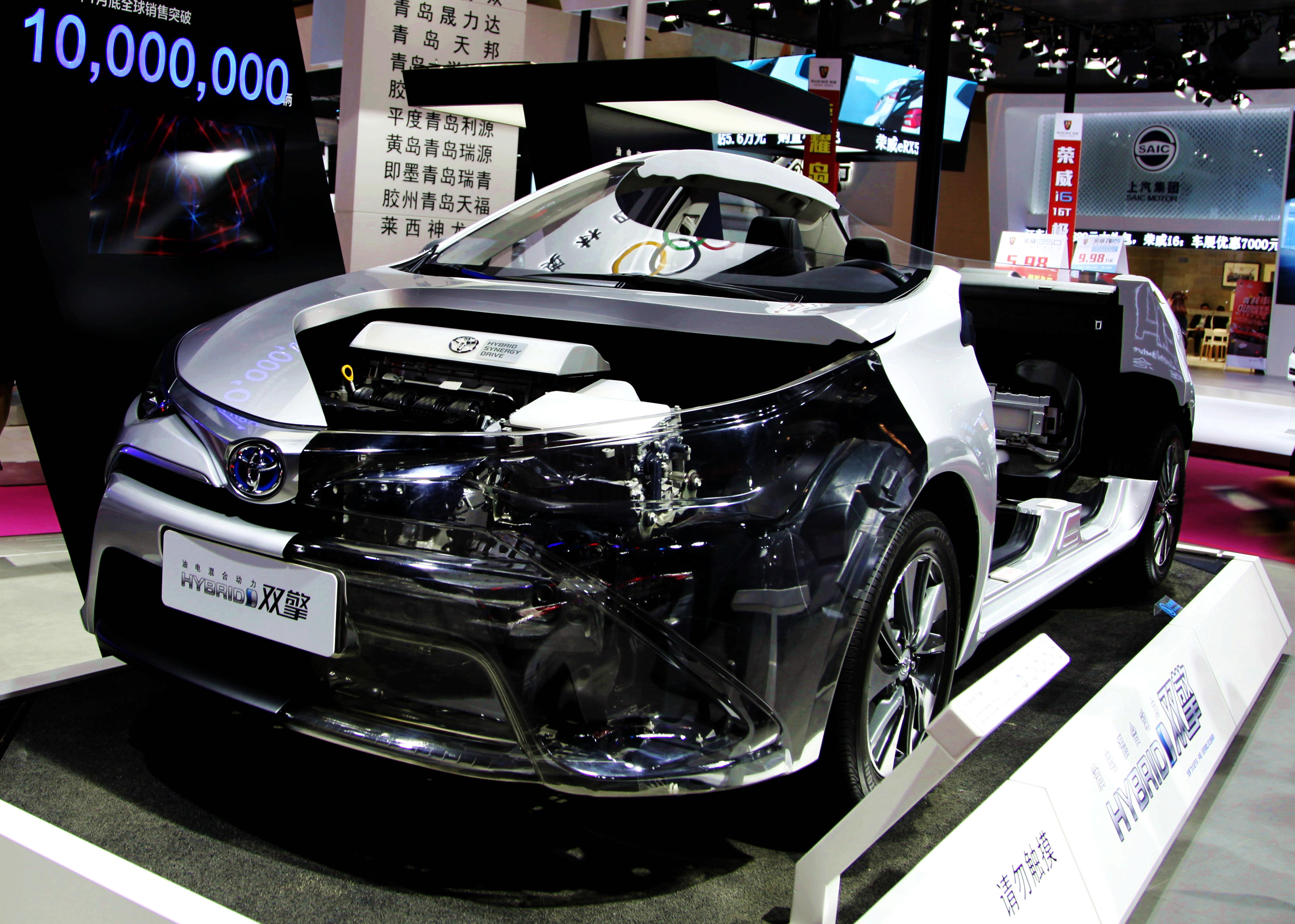 2017車展上的新能源雙引擎豐田車wps圖片