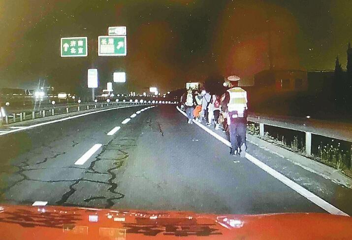 夜晚大巴車高速拋錨 濟南交警打燈護送53人轉移