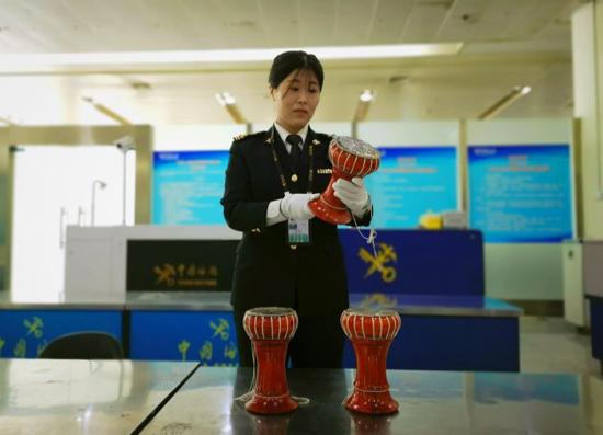 济南机场海关查获濒危蟒蛇皮鼓3个