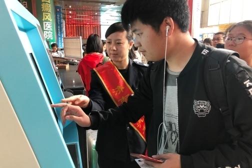 """济南广场汽车站""""五一""""客流高峰开启"""