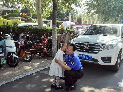 济南城管人岗位父女小团聚 暖心一幕引众网友点赞