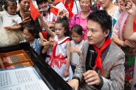 """3000余人在济南市文化馆与小朋友同庆""""六一"""""""