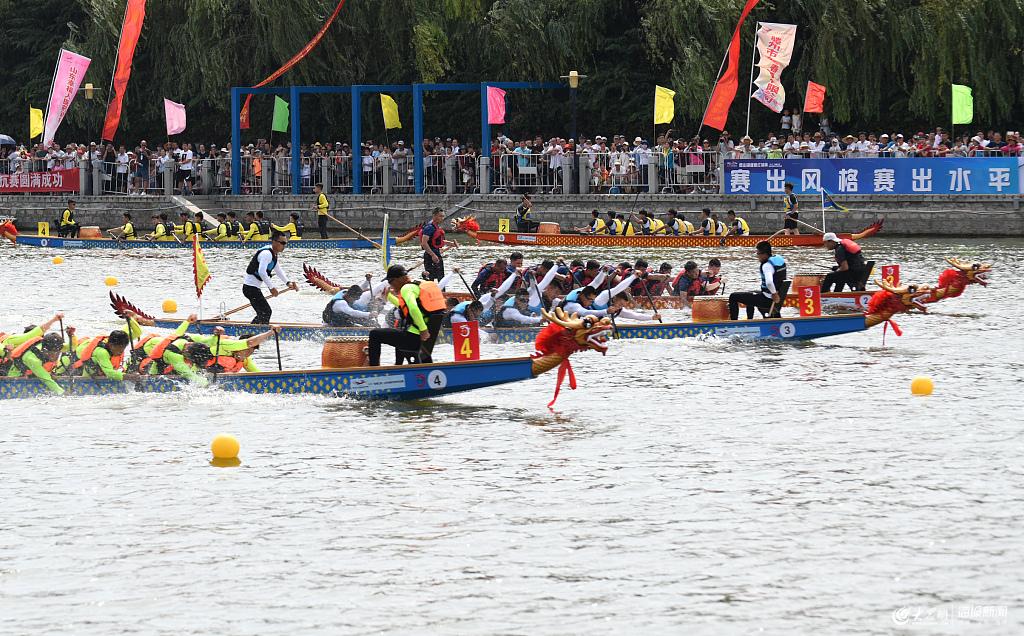 山东枣庄举行城市龙舟对抗赛