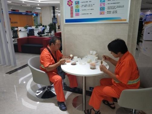 济南市中这家银行专为环卫工人提供免费午餐