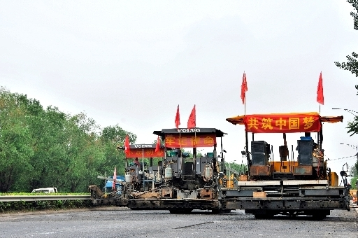 """泉城十二时辰:高温下的公路养护""""小黄人"""""""