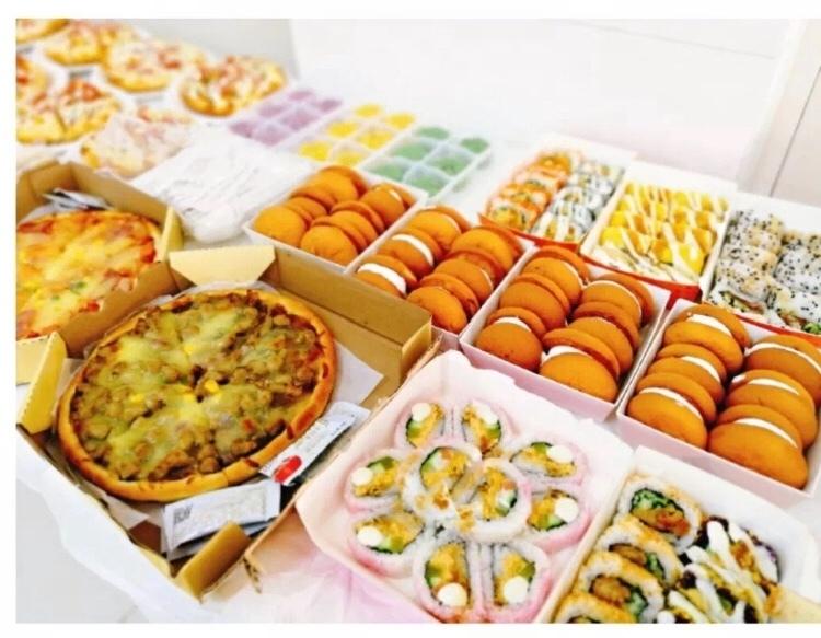 """蛋糕、披萨、大螃蟹......这所学校新生报到""""吃吃吃""""引关注!"""