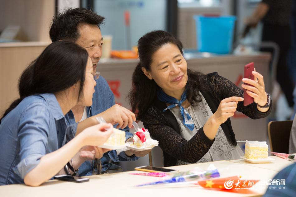 鲜花、快闪、2米长的蛋糕……山东一高校学生共祝老师节日快乐
