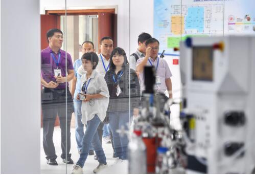 """聚焦""""科技创新+智能制造"""":全国融媒体采访团走进齐鲁制药"""